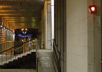 Государственная Третьяковская галерея: красный фонарь у входа