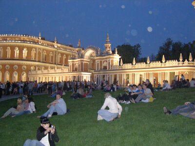 Ночь в музее - 2010. Москва, парк Царицыно (1) - на лужайке перед дворцом. Фото Николая Ефремова