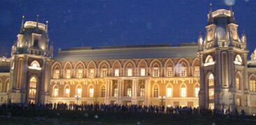 Ночь в музее - 2010. Москва, парк Царицыно (3) - очередь желающих посмотреть музей. Фото Николая Ефремова