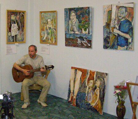 Презентация выставки живописи Джулии Арье в галерее Колизей Арт  - поэт и бард Виктор Скоробогат, герой двух картин - слева и справа. Фото Николая Ефремова