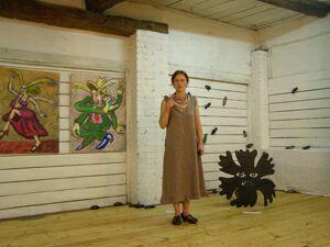 Выставка Жуки и цветы (3) - Дарья Кротова, на фоне своих жуков; слева картины Георгия Литичевского. Фото Николая Ефремова
