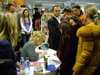 Дарья Донцова подписывает читателям свои новые книги - фото Николая Ефремова